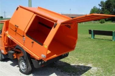 Müllaufbau mit Schiebeklappen
