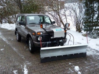 Lada mit Schneepflug